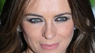 52-годишната Лиз Хърли пръска сексапил по бански (видео)