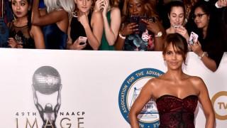 Феновете полудяха: Холи Бери се появи в секси прозрачна рокля