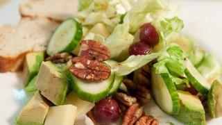 Салата от краставици с орехи и авокадо