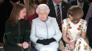 Кралицата за първи път на Седмиата на модата