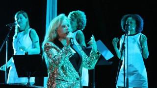 Силви Вартан пя за своя покоен съпруг Джони Холидей