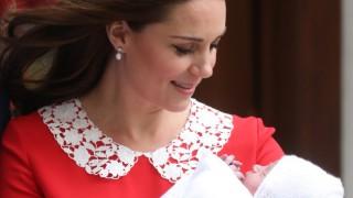 Кейт показа бебето, часове след като роди (Снимки)
