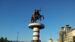 На разходка из гигантските паметници на Скопие (Снимки)