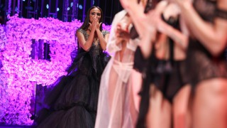 НиЛо се опита да направи шоу тип Victoria's Secret (Снимки)