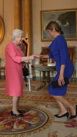 Коя дизайнерка облече Деси Радева за срещата ѝ с кралица Елизабет II