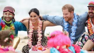 Бременната Меган и Хари боси на плажа