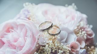 Още една известна красавица мина под венчилото