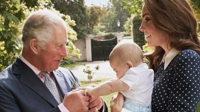 Принц Чарлз, щастлив дядо на 70