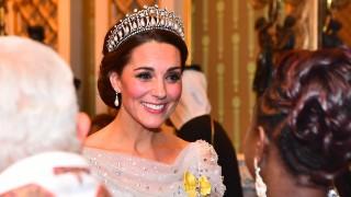 Изящество в бяло: Кейт на кралското коледно парти