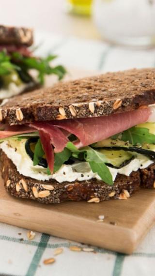 Сандвич с филе и крема сирене