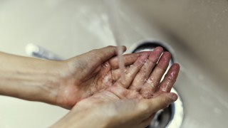 Той не е мил ръцете си 10 години, защото не вярва в микробите