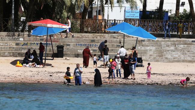 На плаж в Йордания - с килим и кон