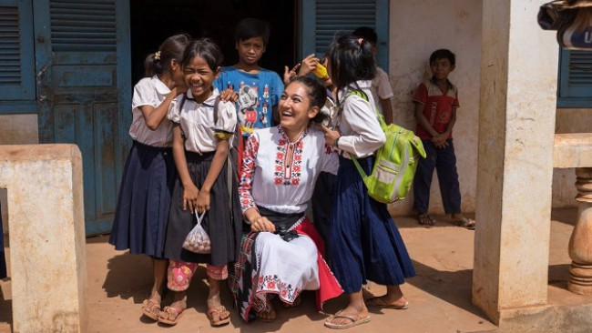От Мексико до Кения: Красива българка обикаля света в народна носия