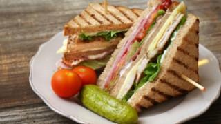 Клуб сандвич с пуешко филе и бекон