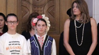 В стила на Меган Маркъл: Деси Радева в дълга черна рокля