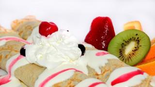Палачинки със сметана и свежи плодове
