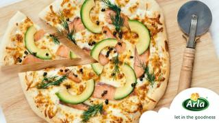Пица със сьомга и авокадо
