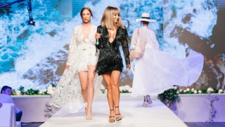 Есил Дюран показа своите бански на Summer Fashion Weekend 2019
