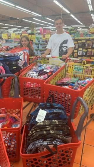 Ученик дари 5000 лева за дрехи и тетрадки на бедни деца