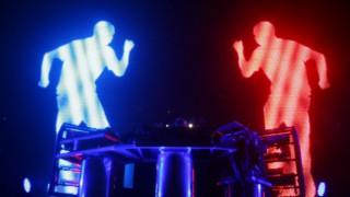 Гигантски роботи превземат шоуто на The Chemical Brothers