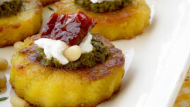 Да готвим с Ани Шакарян: Хапки от полента с песто, козе сирене и сушен домат