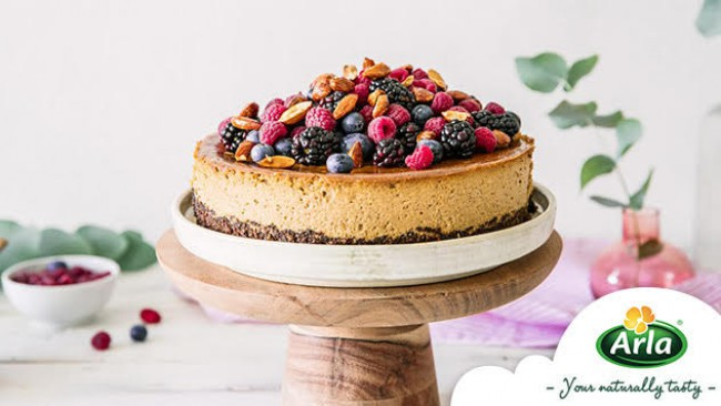 Високопротеинов бадемов чийзкейк с горски плодове