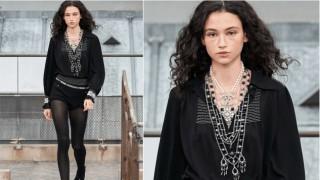 Нашата Белослава Хинова отново дефилира за Chanel