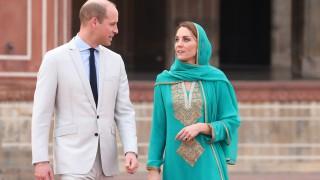 Кейт като арабска принцеса - боса и с хиджаб в Пакистан