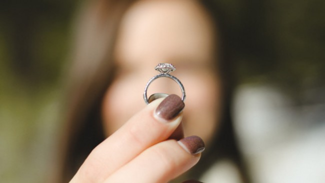Редно ли е ти да му предложиш брак?