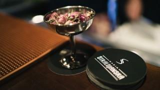 Най-красивата жена на света пие оригинален български коктейл с рози