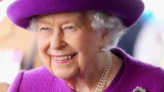 Кралицата лъска диаманти с джин