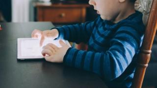 Експерти: Екраните виновни за късното проговаряне при децата