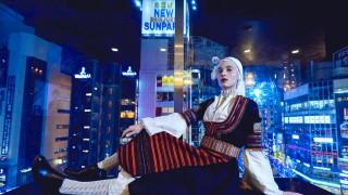 Защо Ирмена Чичикова се снима с носия на небостъргач в Токио?