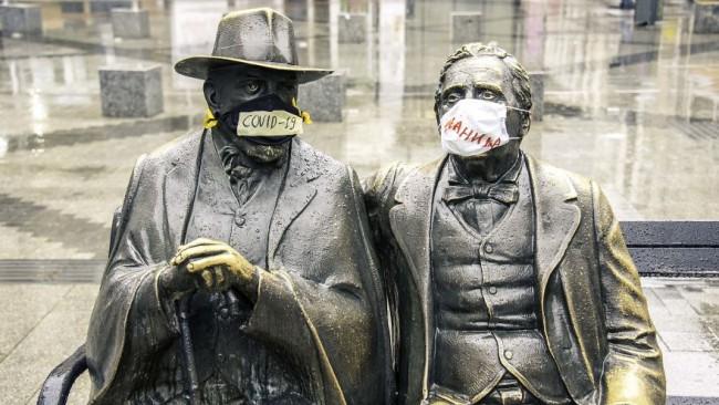 Статуи в столицата сложиха маски. Вижте какво е посланието!