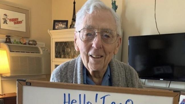 Мъж на 100 години се превърна в звезда в Twitter заради карантината