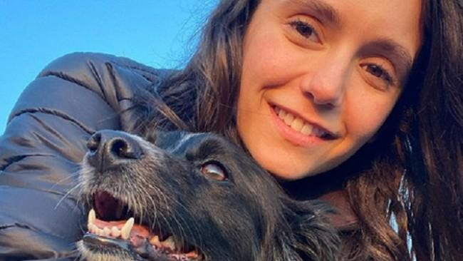Нина Добрев връзва кучето за колана на дънките и го разхожда в парка (снимки)