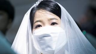 Двойка вдигна сватба въпреки пандемията. Забраниха им целувките