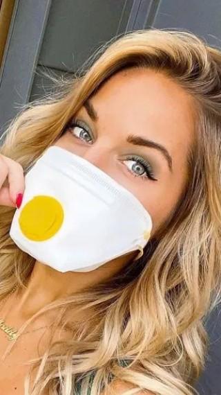 Когато си под карантина, но имаш дизайнерска маска и бръмчиш с частния си самолет