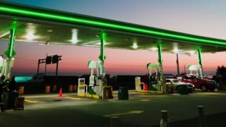 Държавни бензиностанции вместо зарядни устройства за електромобили? Кога ще изчистим въздуха и монопола?