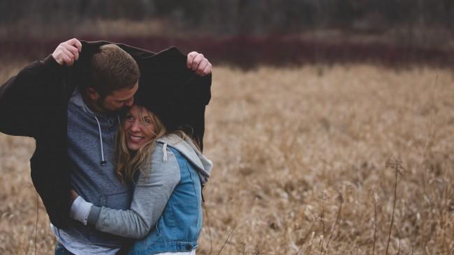 Езикът на тялото: 8 знака, които издават, че той те харесва