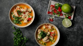 Пилешка супа с кокос и скариди