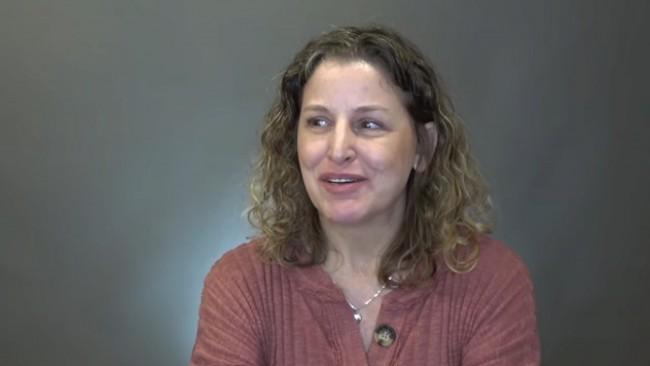 Мъжът ѝ я заряза на 50, тя се промени до неузнаваемост и го накара да съжалява (видео)