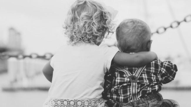 Децата не се раждат егоисти, ето как да ги направите добри и грижовни