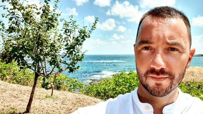 Антон Хекимян избяга на гръцки остров (Снимки)