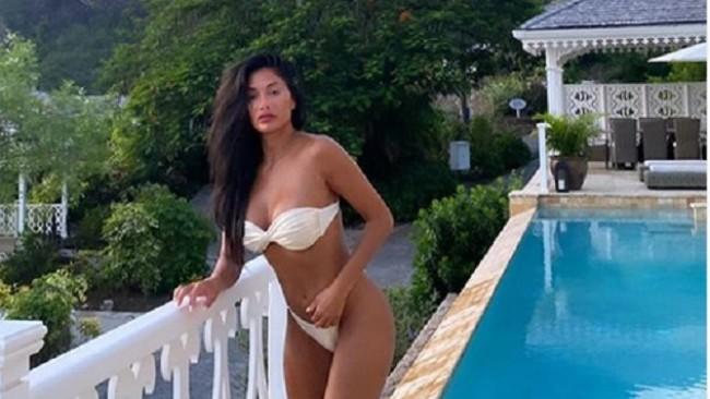 Никол Шерцингер радва със секси снимки от любимия си курорт