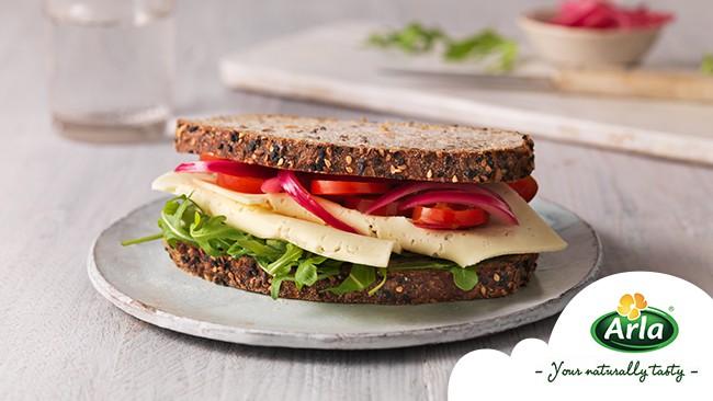 Сандвич с домати, маринован червен лук и Arla Havarti
