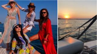Една лодка, няколко момичета и безкрайна синева