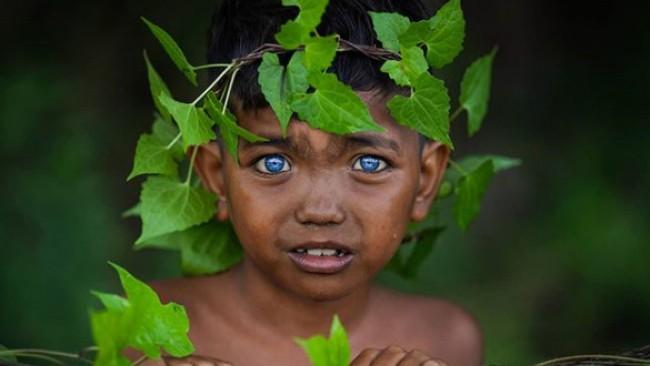 Древно племе смая света с хипнотично сините си очи