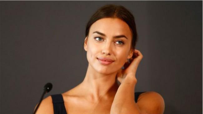 Богиня на пиедестал: Ирина Шейк позира гола за Vogue (снимки)