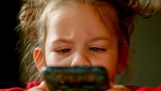 Как едно 2-годишно хлапе разпрати голите снимки на майка си в интернет